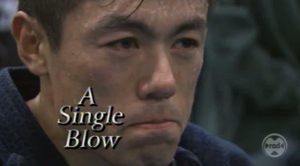 A single blow es un título clásico en kendo y también ha llamado la atención fuera de nuestro círculo. La NHK, la televisión pública japonesa, lo estrenó en 2003 en dos versiones, japonesa e inglesa para su canal internacional. Recorre durante 42 minutos el día a día de Eiga como kendoka, entrenando, enseñando a niños en Hokkaido, y en su día a día sin el bogu.